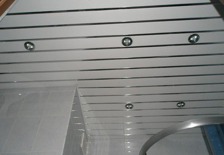 готовый потолок в ванной