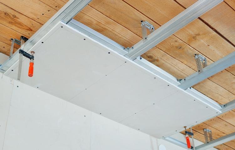 потолок деревянный, панели пластиковые
