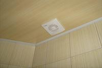 потолок из пластика - готовый вариант
