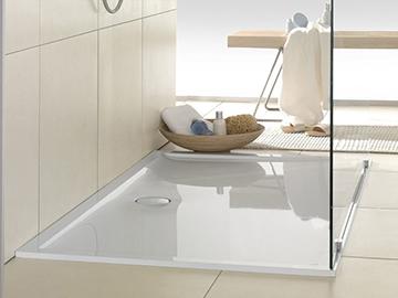 поддон в просторной ванной