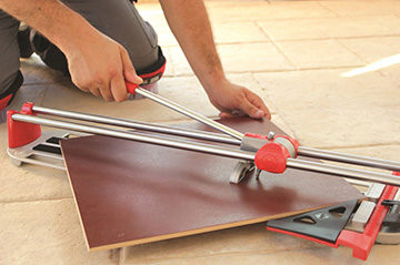 режем плитку ручным инструментом