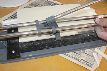 обработка плитки плиткорезом ручного типа